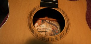 The label inserted in the guitar. It is signed and dated.